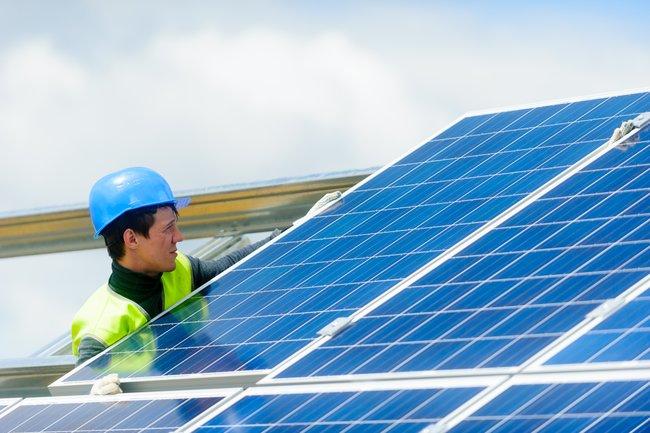 На крупнейшей в России солнечной электростанции начат монтаж инверторных установок - фото